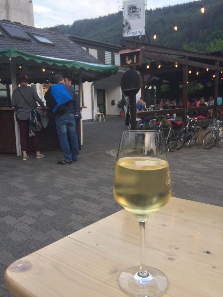 Glas Weißwein auf dem Weihnachtsmarkt
