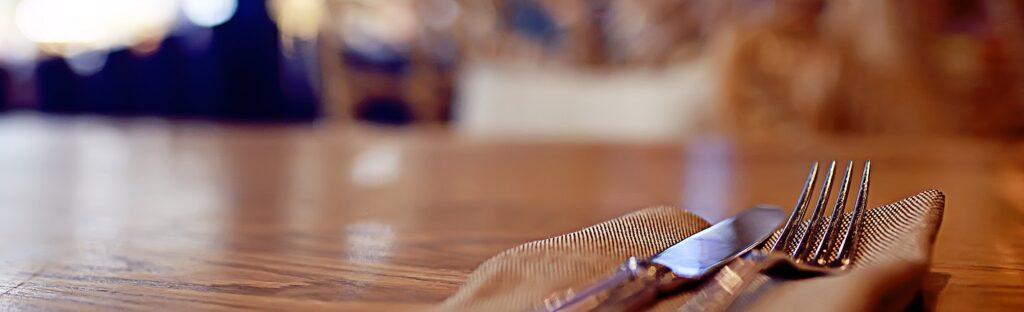 Messer und Gabel auf einem Holztisch