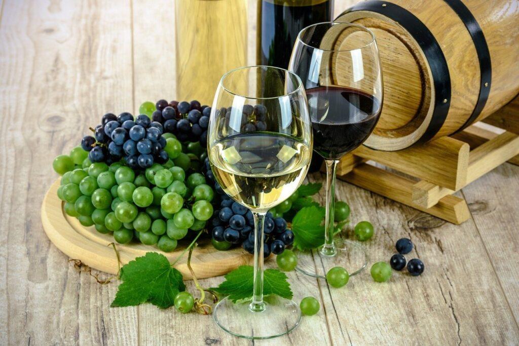 Zwei Gläser Wein und Trauben