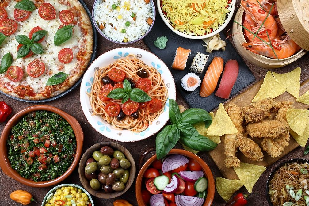 Verschiedene internationale Gerichte auf einem Tisch